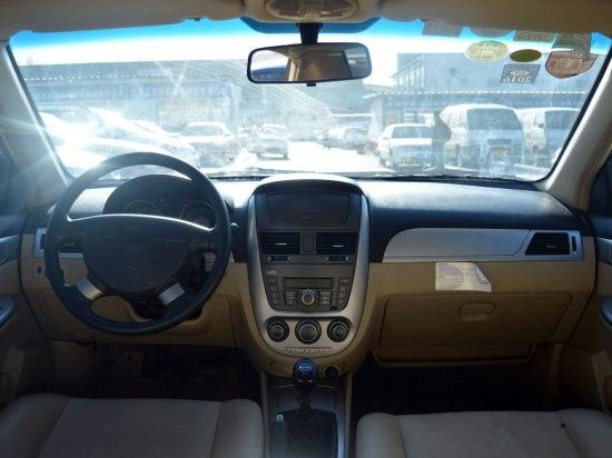 评估师点评:凯越 1.6L 手动,驾驶3年8个月,行驶3.1万公里,经检测:前后保险杠、右前门、右后门、右后翼子板、喷漆,但无明显色差,左后翼子板需钣金修复。凯越的隔音效果好,方向盘很灵很稳,高速行驶时发动机动力很好,加速还是不错的,看上去外观很大气,内饰有中档车的味道,不复杂但很实用,这个车子的音响质量也是很不错的,值得推荐。